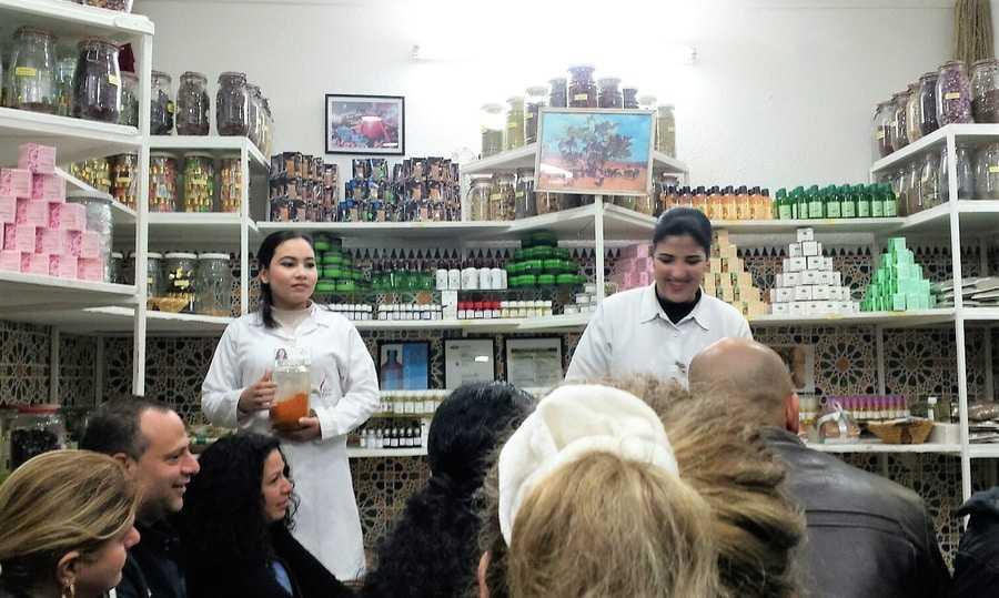 """חנות התבלינים של ד""""ר פיללי: סטנאפ מכירתי The city of Marrakesh, Morocco, Spice store - Adiseesworld travel blog"""