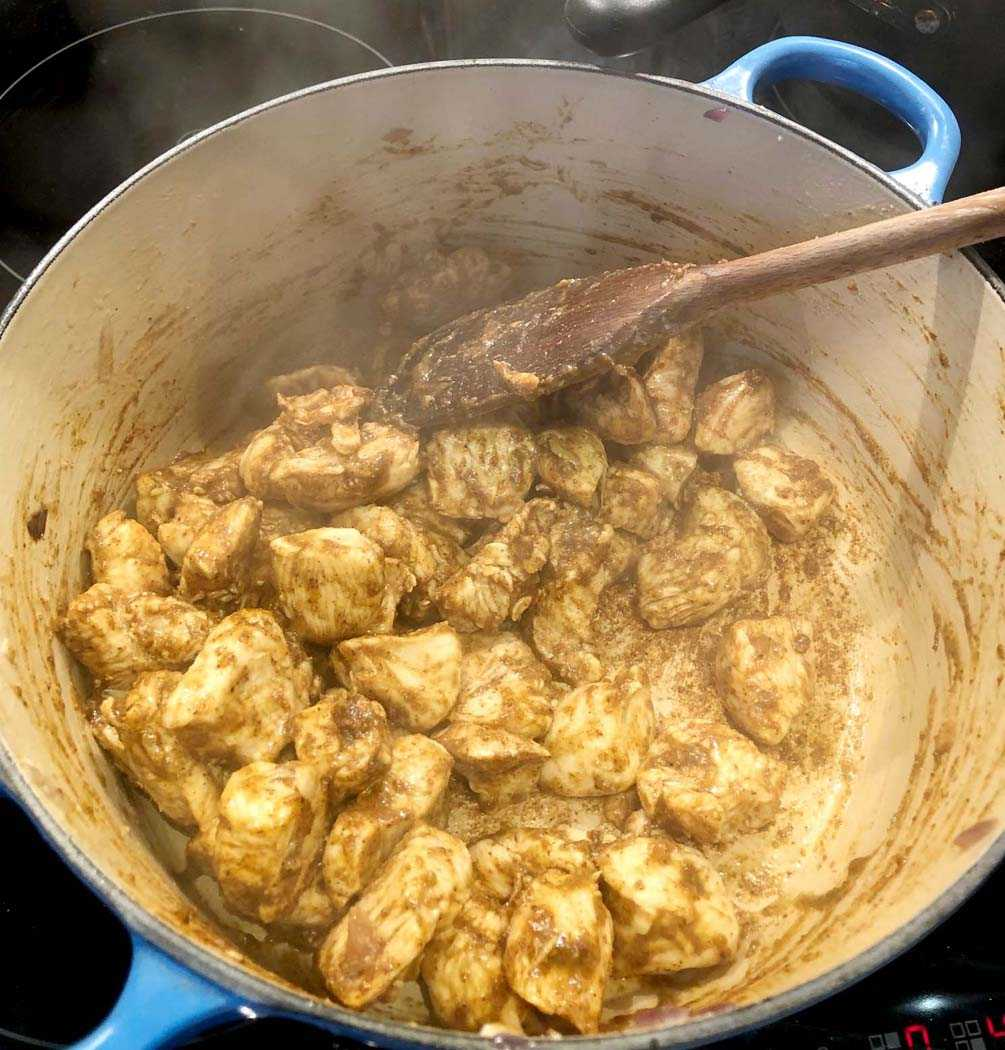 הכנת עוף בחלב קוקוס וקארי מזנזיבר
